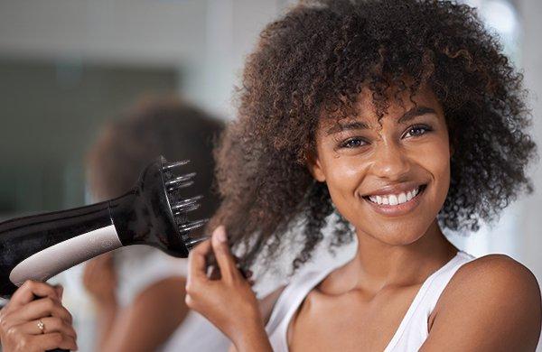 Asciugare i capelli ricci con i termoprotettori naturali