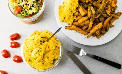 Süßkartoffelpommes mit Kichererbsenpaste und Tomatensalat. ♥ Manchmal wünscht man sich einfach nur ein wirklich schnelles, vollwertiges Gericht und will nicht stundenlang in der Küche stehen, richtig? Hier gibt es drei Gerichte, die zusammen eine komplette vegane Mahlzeit ergeben und in 20 Minuten genoßen werden kann. | Ricemilkmaid Blog