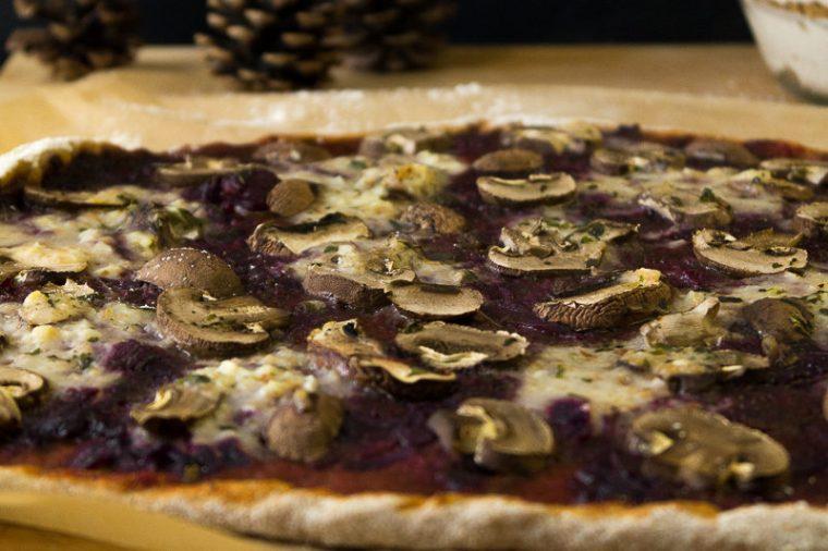 Pizza an Weihnachten klingt im ersten Moment nicht besonders festlich. Doch diese vegane weihnachtliche Pizza ist die Rettung für Weihnachtsliebhaber, die allerdings Kochmuffel sind. Als Nachtisch wartet eine leckere Spekulatiuscreme. Klick dich gleich zum Beitrag!