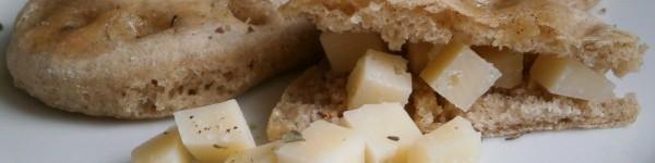 la ricetta di chef Antony. 500 gr. di farina di grano saraceno e semola di grano duro in parti uguali. Mezzo cubetto di lievito di birra, sale e olio quanto basta, e 300 ml. di acqua e latte per impastare. Doppia lievitazione con un panno umido per mantenere morbida la crosta e cottura a 180° per 12 minuti. http://ricettedi.it/cucina/2015/01/focaccine-di-grano-saraceno/