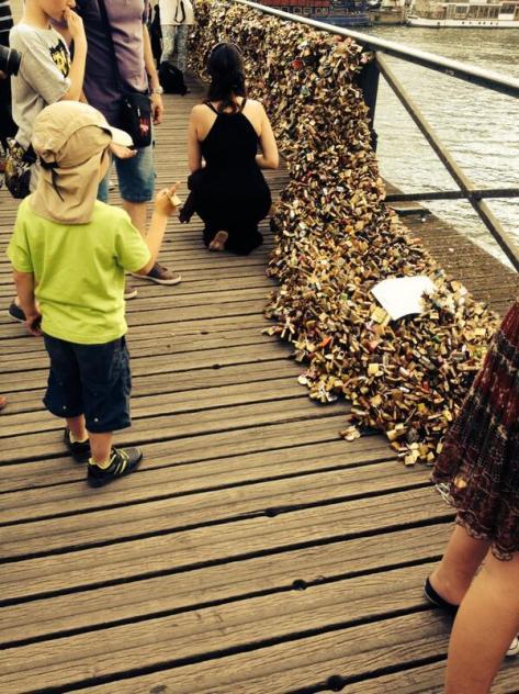 Paris: une grille du pont des Arts est tombée sous le poids des cadenas