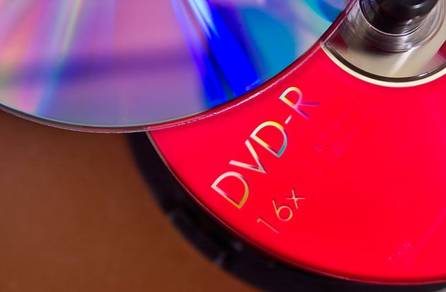 Single-layer DVD-R disks hold about 4.7GB of data, or the equivalent of about 3300 3.5-inch floppies