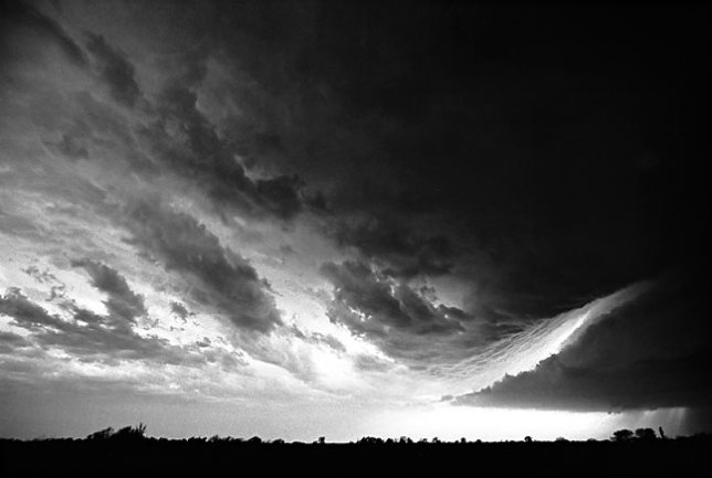 A severe thunderstorm forms an inflow boundary south of Ada, 1998