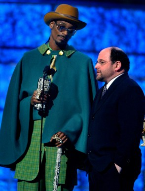 46TH ANNUAL GRAMMY AWARDS -- Rapper Snoop Dogg, left, is joined by actor Jason Alexander during the 46th Annual Grammy Awards show, at the Staples Center in Los Angeles, Calif., Sunday, Feb. 8, 2004. LOS ANGELES TIMES PHOTO BY RICHARD HARTOG