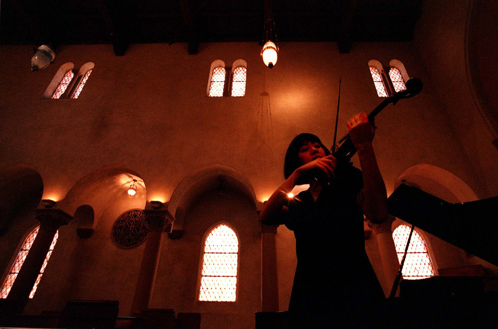 Violinist Linda Wang, currently working on a doctorate-level musical degree at USC, rehearses in the solace of the on-campus church, thursday morning at USC. STAFF PHOTO BY RICHARD HARTOG 9/5/96