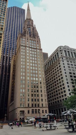 Une église néo-gothique au sommet d'un gratte-ciel art déco