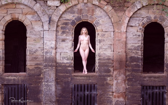 Fine art nude - In the middle arch