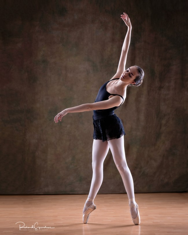 Dancer Erica M on pointe from a studio session with Erica Mulkern at Arden House Studio.