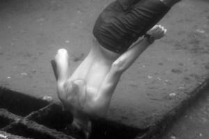 Guillaume Chièze freediving, peeking into a wreck