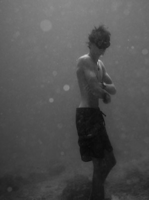 Guillaume Chièze standing on the bottom of the sea
