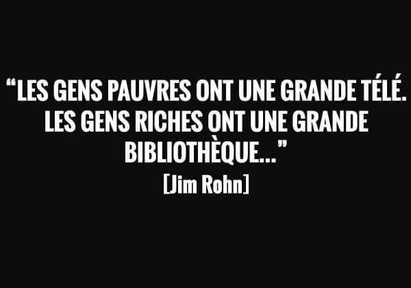 Les gens pauvres ont une grande télé, les gens riches ont une grande bibliothèque. Jim Rohn