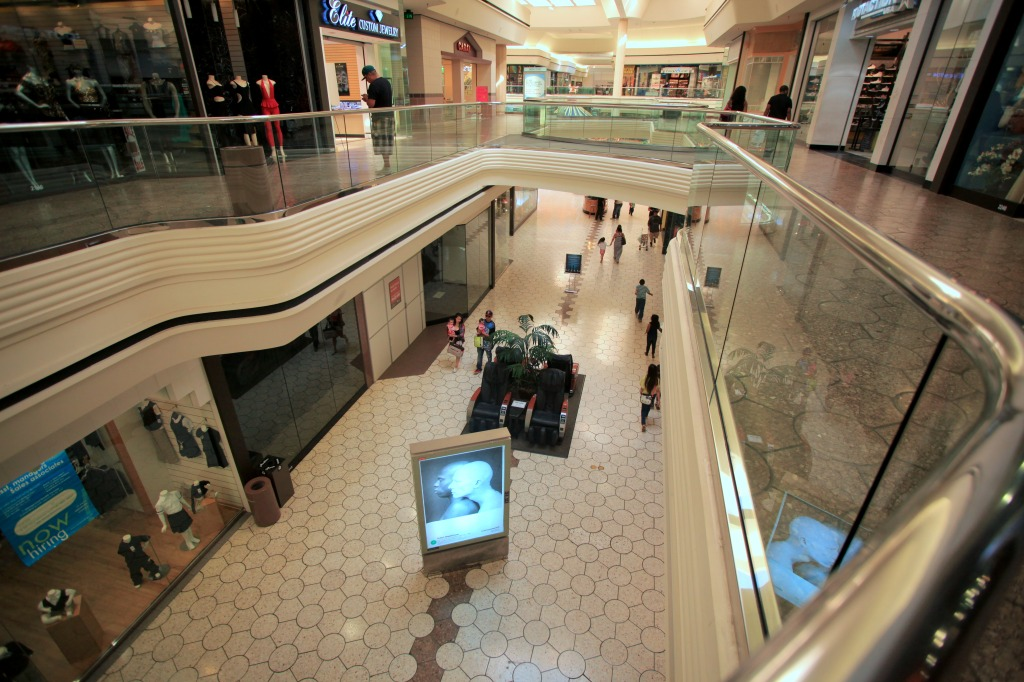 Few people visit Richmond's Hilltop Mall. (Photo by Fan Fei)