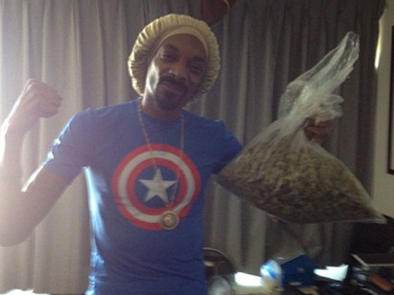 snoop dogg with a pound of weed he won betting on the pound for pound champ. inch