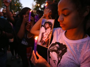 fans mourning prince's death