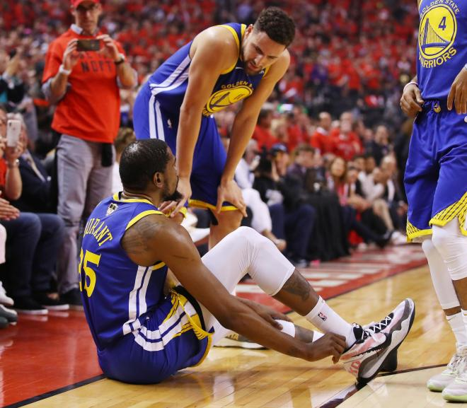 kevin-durant-talking-to-klay-thompson-as-he-grabs-his-heel-in-game-5-of-the-2019-nba-finals-vocabulario-en-inglés