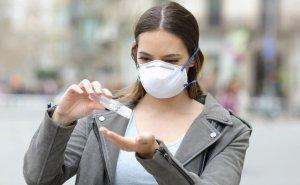 girl-wearing-mask-using-sanitizer-qué-hay-en-richyrocks-vocabulario-en-inglés