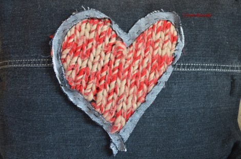 cuscino in jeans nero con cuore in maglia