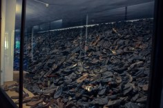 En av alla högar med skor från Auschwitz offer