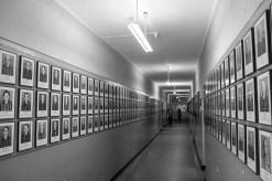 En av alla oändliga korridorer med fotografier på intagna fångar