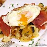 Patatas con calabacin y huevos rotos