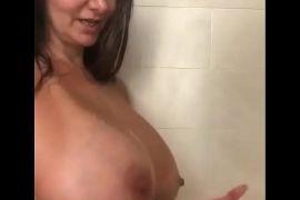 Milf en la ducha con tetas grandes