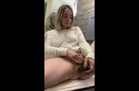Milf hermosa se masturba con un pepino