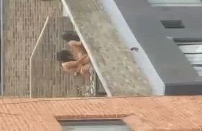 Graba a sus vecinas lesbianas en el techo video porno casero