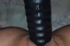 Se la saca todita masturbandose