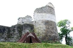 Schildknaap Yenten zijn tent aan de voet van het kasteel