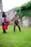 Ridder Maarten laat even zien bij ridder Danny waar de goedendag hoort te komen...