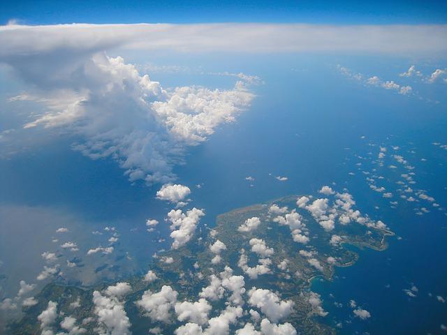 Un ciel parsemé de nuages, dont un cumulonimbus