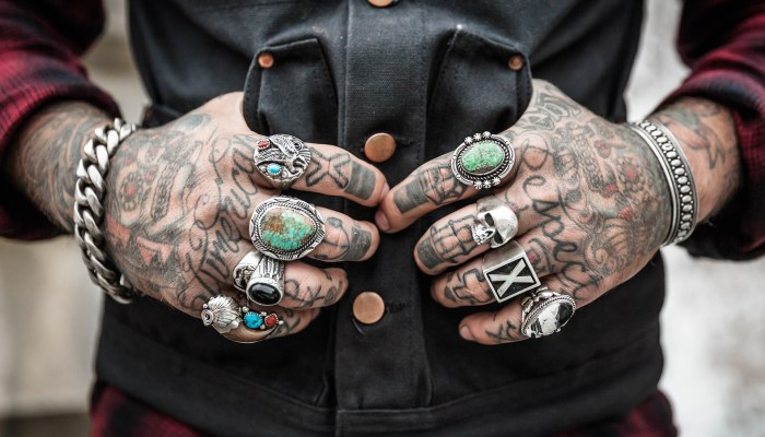 Mains & doigts tatoués d'un homme