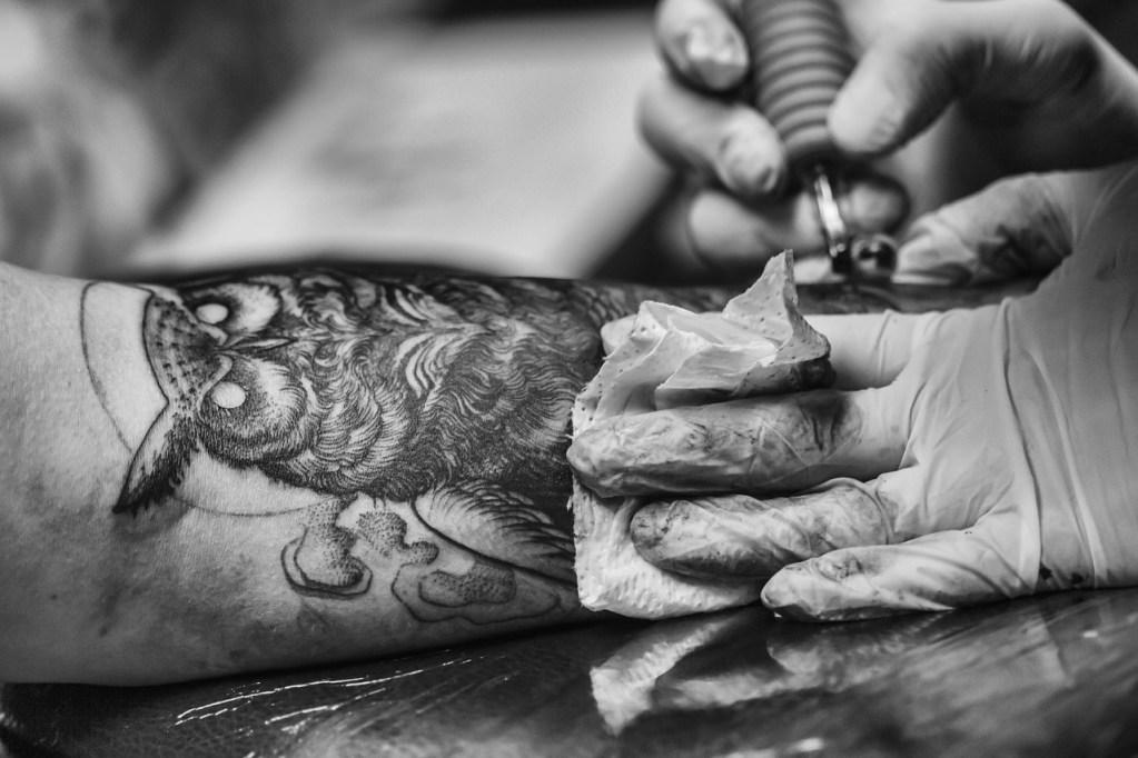 Choisir un motif de tatouage : la chouette, un animal totem potentiel
