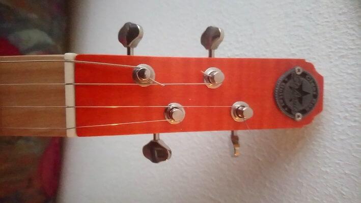 Mécaniques de réglage de tension des cordes d'une cigarbox 4 cordes