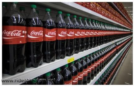 Ich liebe solche Supermärkte, schade nur, die erste Flasche steht nicht ganz richtig. Habe ich nach dem Foto korrigiert, natürlich.