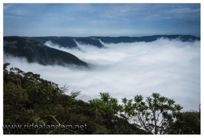 Wenn wir oben sind muss der Nebel erst zu uns hinauf, das dauert einige Minuten, also 2 oder so