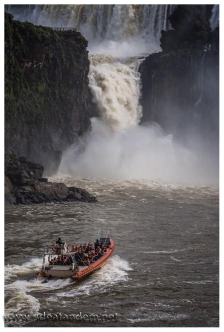 Unser Boot auf dem Weg zur Wasserfalldusche