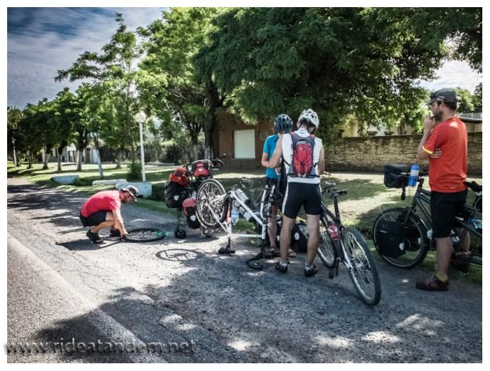 """Vollkommen unerwartet kommen 2 belgische Reiseradler von vorn und noch unerwarteter ein Radsportler von hinten. Nun stehen wir da und unterhalten uns in einem Mix aus spanisch/englisch/französich. Ich staune nicht schlecht, als bei dem einem Rad ein Doppelplatten (vorne und hinten) erkennbar wird. Bis eben noch normal gefahren sind nun beide Reifen der belgischen """"Dame"""" platt. Hab ich so auch noch nie erlebt."""