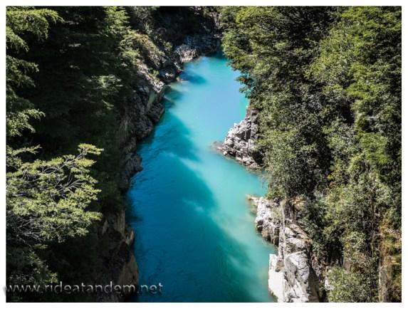Wie die Farben zustande kommen, wir verstehen es nicht. Schick ist es trotzdem und lecker ist das Wasser auch und verträglich sowieso.