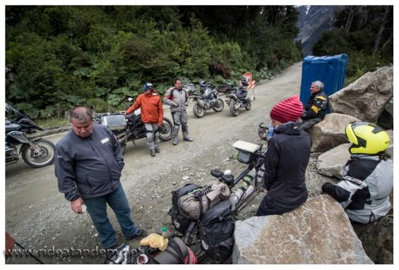 Weil auf der Baustelle immer mal gesprengt wird, müssen wir 2,5 Stunden auf unsere Weiterfahrt warten. Die Motorradler unterstützen mit Tee, Kaffee und Süssem.