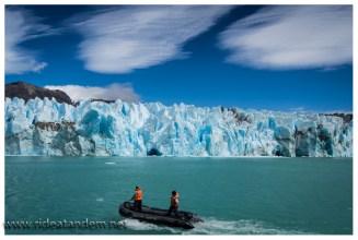 Die Crew besorgt Eis vom Gletscher für den obligatorischen Whiskey.
