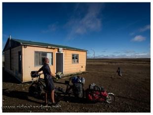 Unsere Hütte bei Tageslicht. Der Regen ist weg, der Wind zuerst auch. Ein guter Start in Miekes Geburtstag. Patagonisches Kaiserinnenwetter sozusagen.