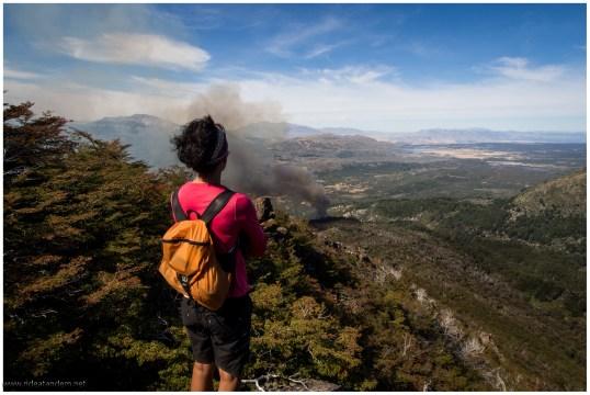 Nach etwa einer Stunde des gemütlichen Abstiegs entdecken wir Rauch und wenig später haben wir diesen Anblick.