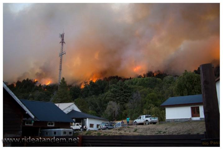 Durch die Nähe der Flammen wird die Gewalt des Feuers spürbar, wieder sind wir froh nicht mehr im Wald zu sein.