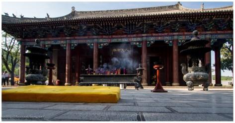"""Tempel im Mausoleum des """"gelben"""" Kaisers"""