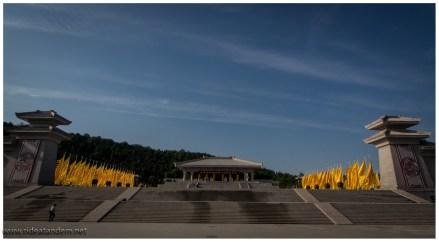 """Pompös, da stehen die Chinesen drauf. Dies ist der Tempel zum Mausoleum des """"gelben"""" Kaisers. Ich dachte hier wären alle gelb?!?!?"""