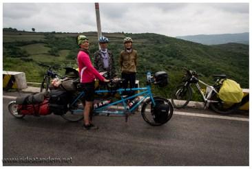 Radreisen wird in China scheinbar immer beliebter. Hier die ersten Radler mit denen wir versuchen zu sprechen. Das Ergebnis: Die 2 fahren nach Lhasa. Schön für sie, da dürfen wir nicht hin.