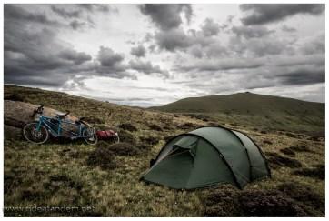 Abends werden wir auf über 4000m von Gewittern umzingelt. Wir entscheiden uns einen Zeltplatz zu suchen und finden nichts Geschütztes. Zum Glück entscheidet sich kein Gewitter für unseren Berg.