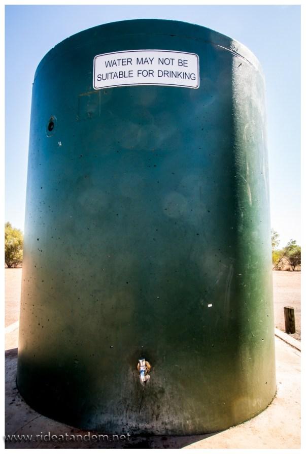Wassertanks stehen auf vielen Rastplätzen. Das Wasser könnte trinkbar sein, sollte sogar, aber vielleicht auch nicht. Tolle Aussage. Wir haben kaum eine Wahl und trinken das eventuell nicht trinkbare Wasser. Schmeckt nicht immer toll, aber wir überleben.
