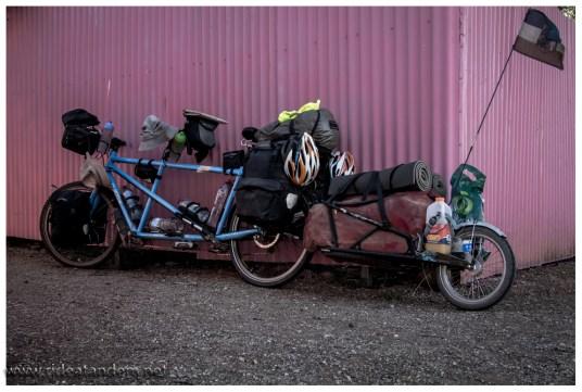 Voll beladen wartet unser Bike, während wir noch Kaffee trinken.